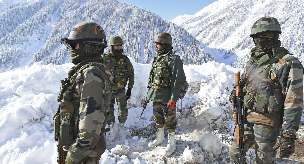 Soldados do Exército da Índia em estrada coberta de neve perto do desfiladeiro da montanha Zojila, que liga Srinagar ao território indiano de Ladakh, que faz fronteira com a China, em 28 de fevereiro de 2021