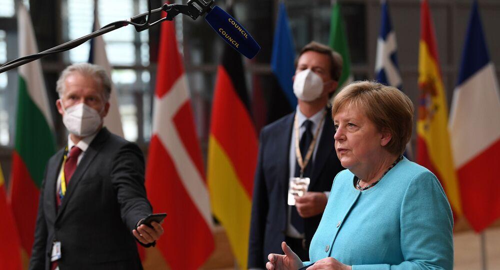 Chanceler alemã Angela Merkel fala com jornalistas no primeiro dia da cúpula da União Europeia, Bruxelas, 24 de junho de 2021