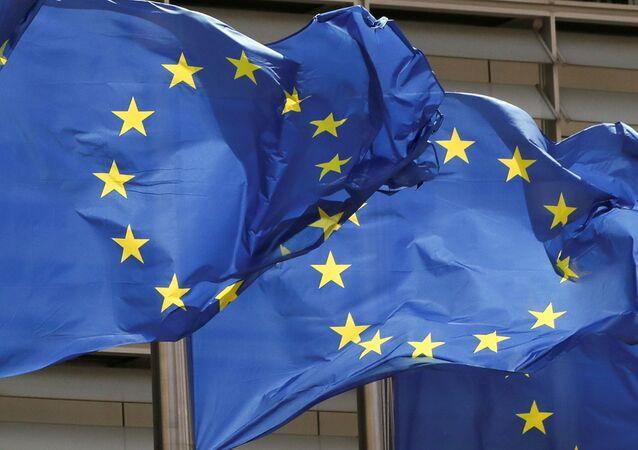 Bandeiras da União Europeia fora da sede da Comissão Europeia em Bruxelas, Bélgica, 5 de maio de 2021