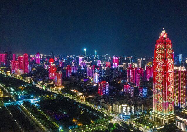 Edifícios iluminados por espetáculo de luzes comemorativo dos 100 anos do Partido Comunista da China em Wuhan, província de Hubei, China, 23 de junho de 2021