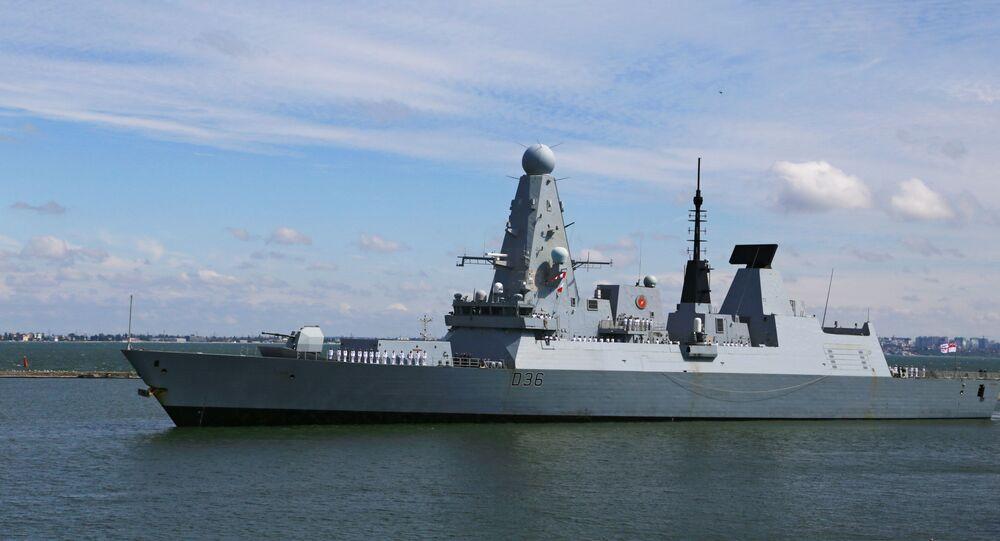 Destróier HMS Defender, Type 45, da Marinha Real britânica chega ao porto do mar Negro de Odessa, Ucrânia, em 18 de junho de 2021