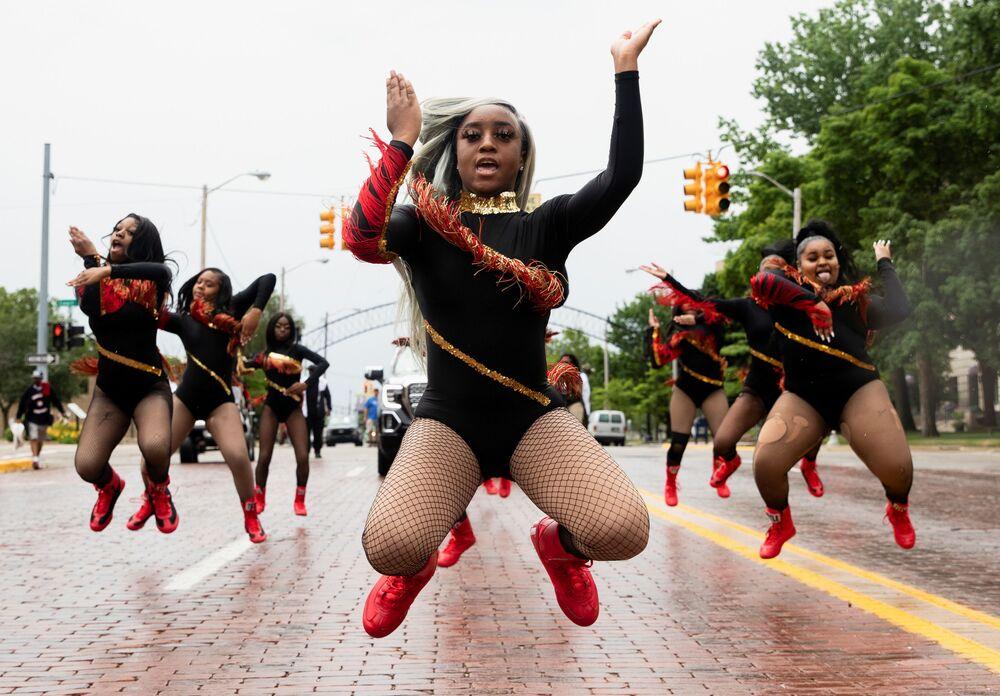 Grupo de dança durante desfile para comemorar o fim da escravidão no estado norte-americano do Texas, em Flint, Michigan, EUA, 19 de junho de 2021