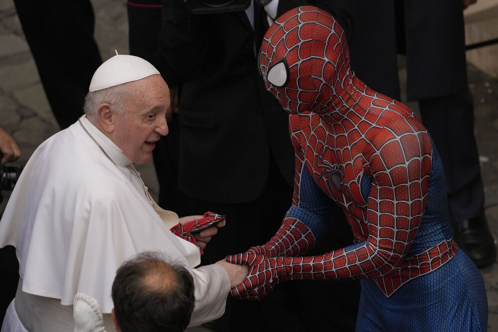 Papa Francisco cumprimenta homem com máscara de Homem Aranha no Vaticano, 23 de junho de 2021