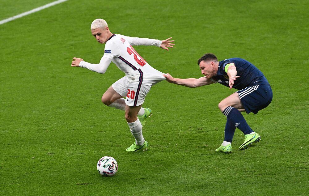 Jogadores Phil Foden, da Inglaterra, e Andrew Robertson, da Escócia, durante partida do Grupo D da Eurocopa 2020 no Estádio de Wembley, Londres, Reino Unido, 18 de junho de 2021