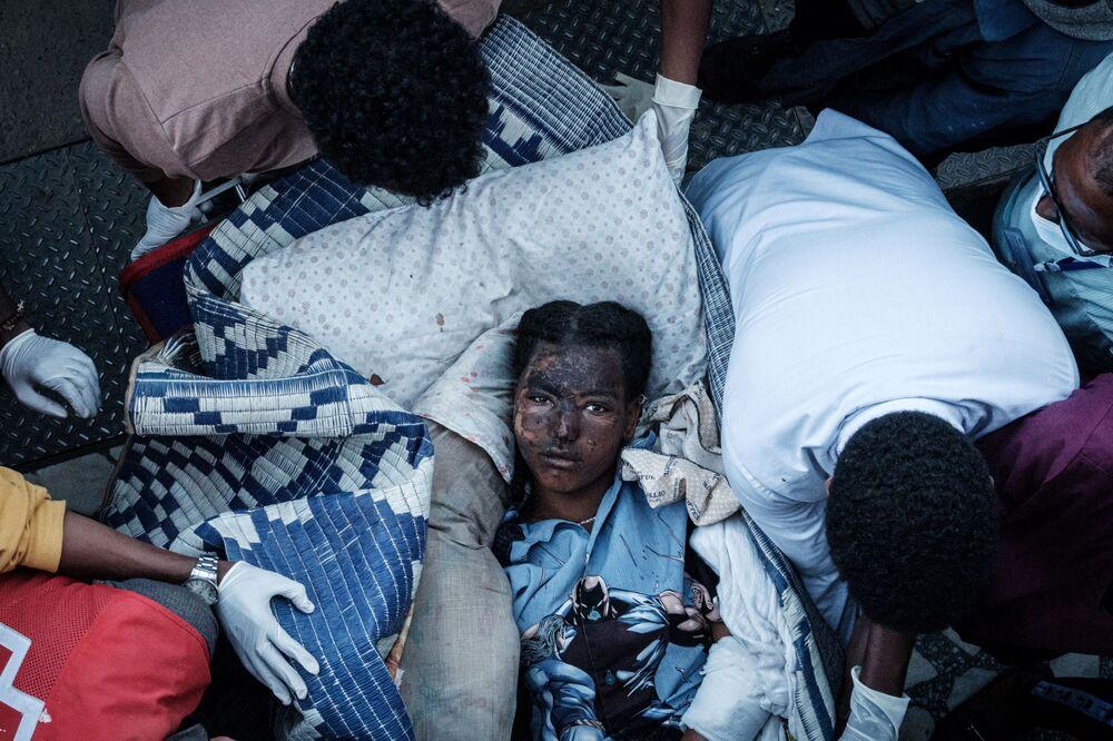 Moradora ferida por ataques aéreos chega em maca a hospital de Ayder em Mekele, capital da região de Tigré, Etiópia, 23 de junho de 2021