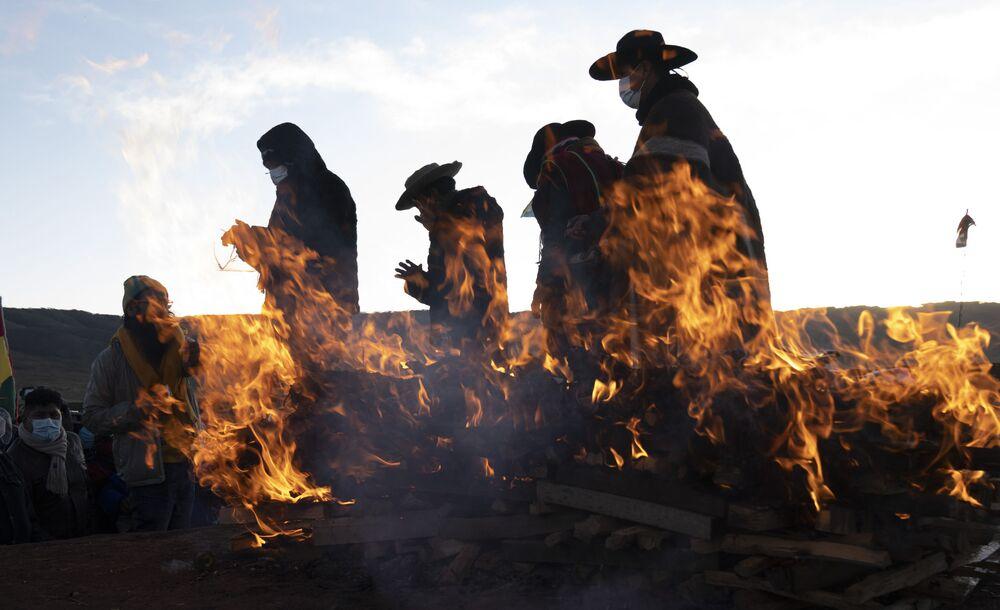 Líderes religiosos indígenas aimarás terminam ritual de ano novo na antiga cidade de Tiwanaku, Bolívia, 21 de junho de 2021