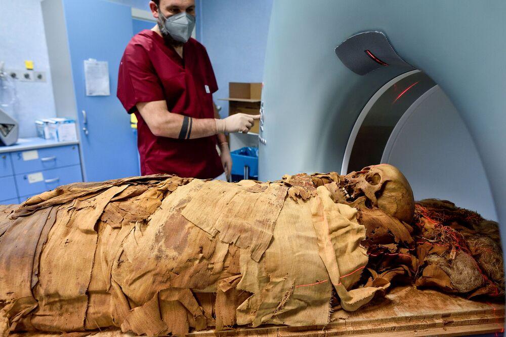 Técnico de radiologia prepara exame radiológico de múmia egípcia no hospital Policlínico de Milão, Itália, 21 de junho de 2021
