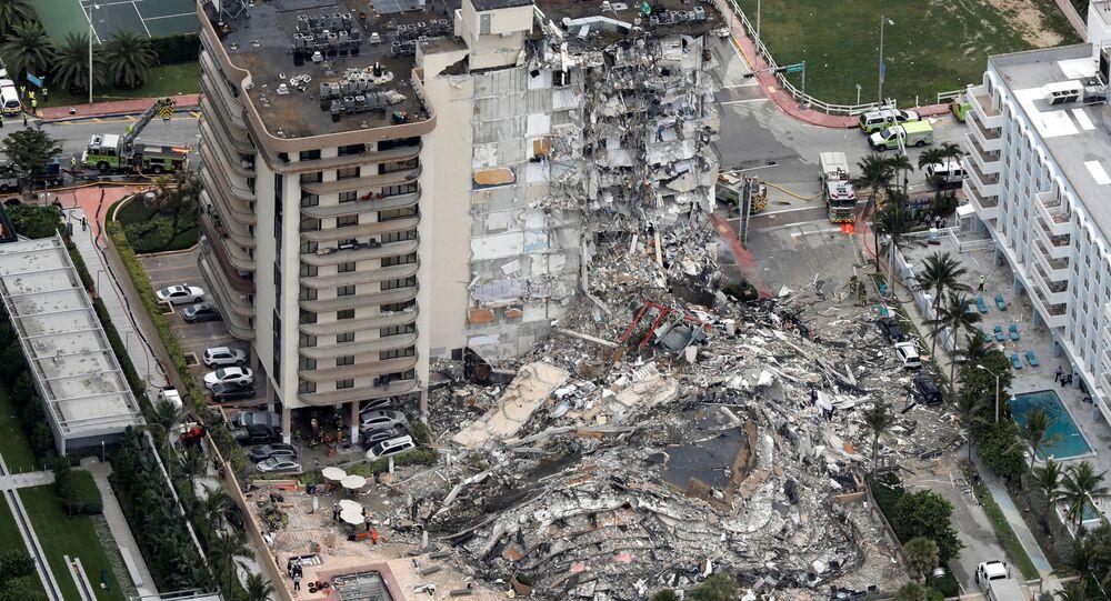 Vista aérea de prédio parcialmente desmoronado em Surfside, perto da praia de Miami, Flórida, EUA, 24 de junho de 2021