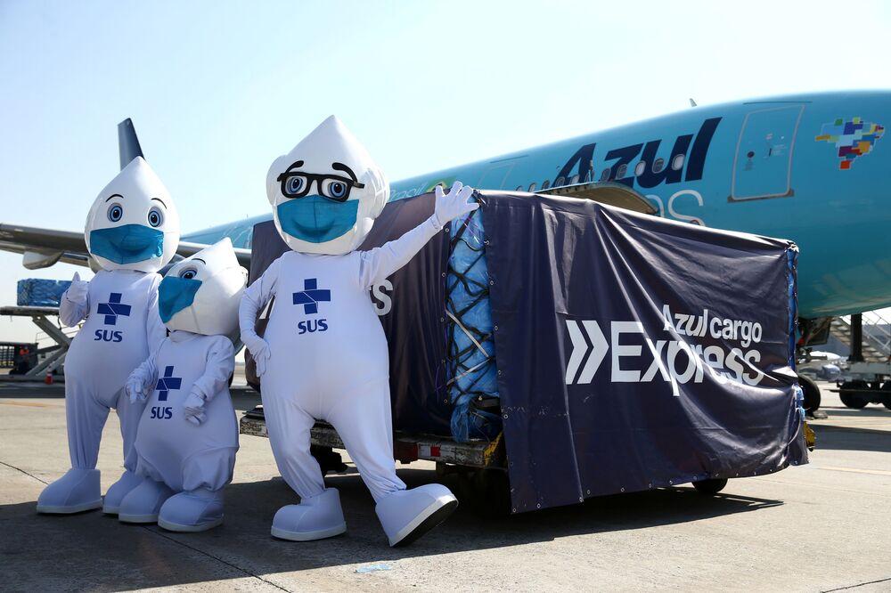 Zé Gotinha, mascote das campanhas brasileiras de vacinação, posa para foto com carregamento de doses de vacinas da farmacêutica Johnson & Johnson contra o SARS-CoV-2, doadas pelos EUA, após chegaram ao Aeroporto Internacional de Viracopos, em Campinas, Brasil, 25 de junho de 2021
