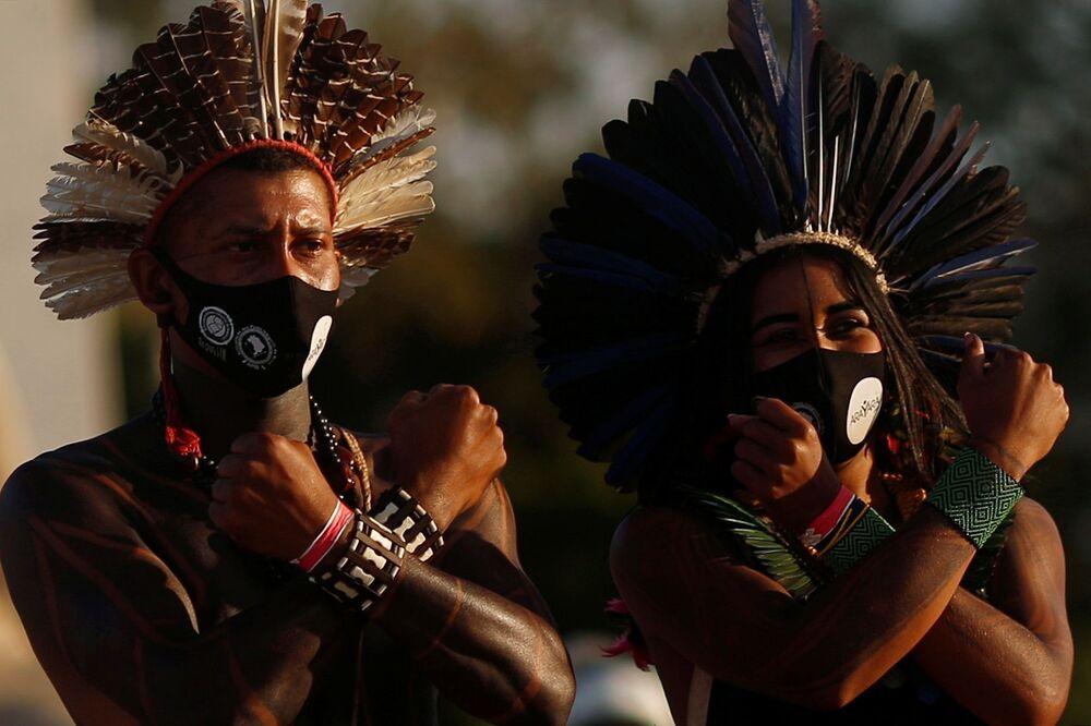 Indígenas brasileiros de diferentes etnias participam de protesto contra demarcação de terras, junto do Supremo Tribunal Federal do Brasil em Brasília, Brasil, 24 de junho de 2021