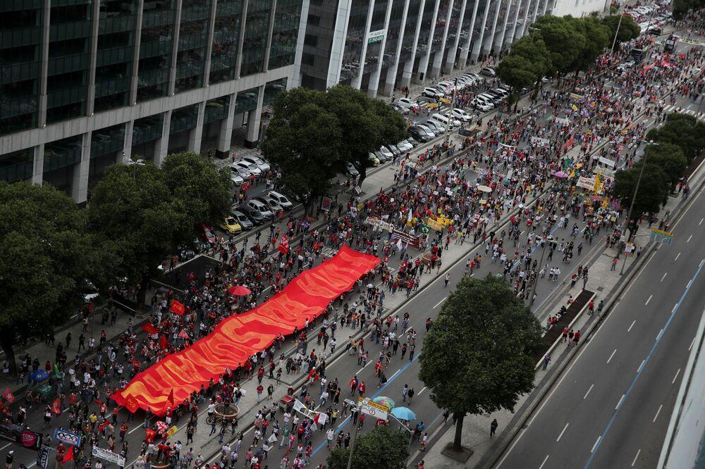 Pessoas participam de manifestação contra gestão da pandemia do SARS-CoV-2 pelo presidente brasileiro Jair Bolsonaro no Rio de Janeiro, Brasil, 19 de junho de 2021