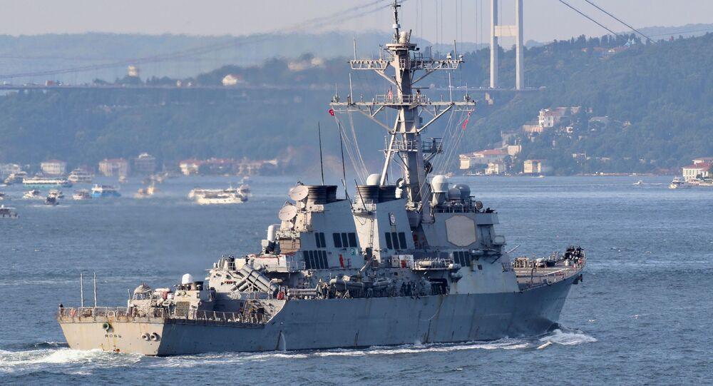 USS Ross, destróier de mísseis guiados da Marinha dos EUA, navega no estreito de Bósforo, Istambul, a caminho do mar Negro, Turquia, 26 de junho de 2021