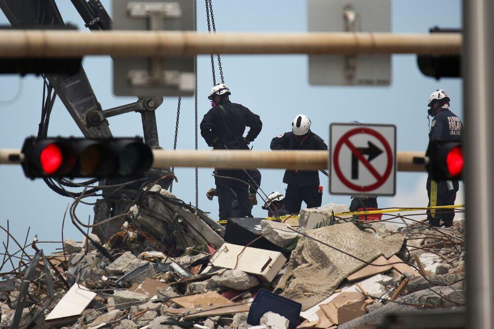 Pessoal de resgate continua as operações de busca e salvamento de sobreviventes do colapso do edifício residencial em Surfside, perto de Miami Beach, Flórida, EUA, 26 de junho de 2021