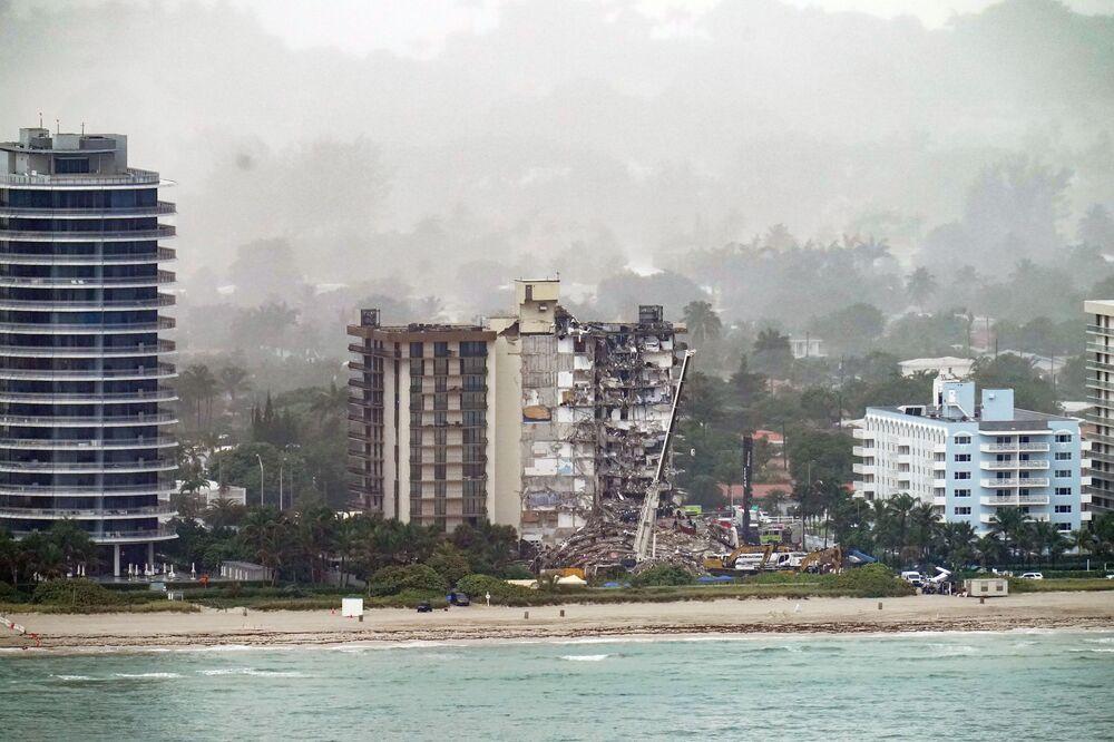 Vista para o lugar do colapso do prédio em Surfside, perto de Miami Beach, Flórida, EUA, 26 de junho de 2021