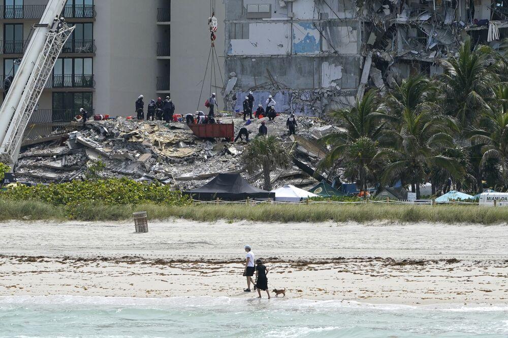 Pessoal de resgate procura desaparecidos nos escombros do condomínio Champlain Towers South em Surfside, Flórida, Estados Unidos, 26 de junho de 2021. O prédio colapsou parcialmente na quinta-feira (24)