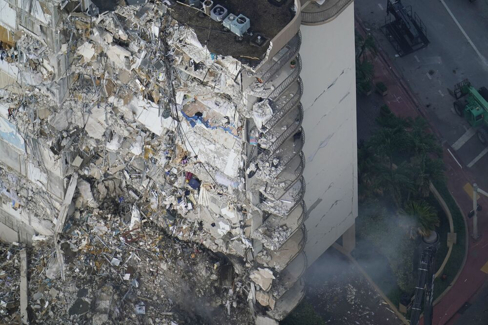 Equipes de resgate continuam operações de busca e salvamento de sobreviventes após desabamento de prédio em Surfside, perto de Miami Beach, Flórida, EUA, 26 de junho de 2021