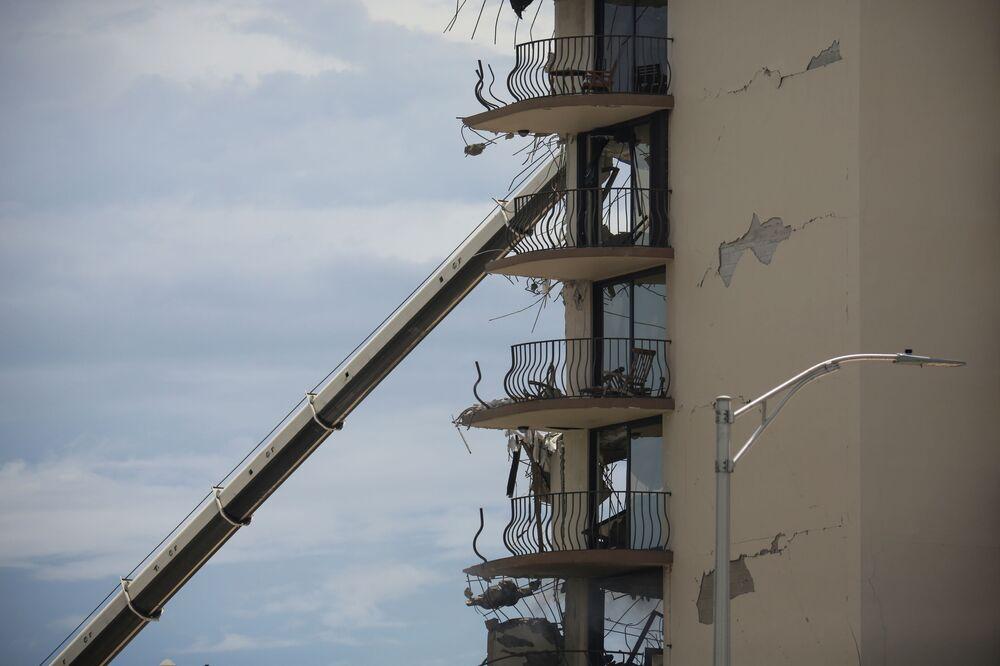 Danos no prédio parcialmente destruído em Surfside, Flórida, Estados Unidos, 26 de junho de 2021