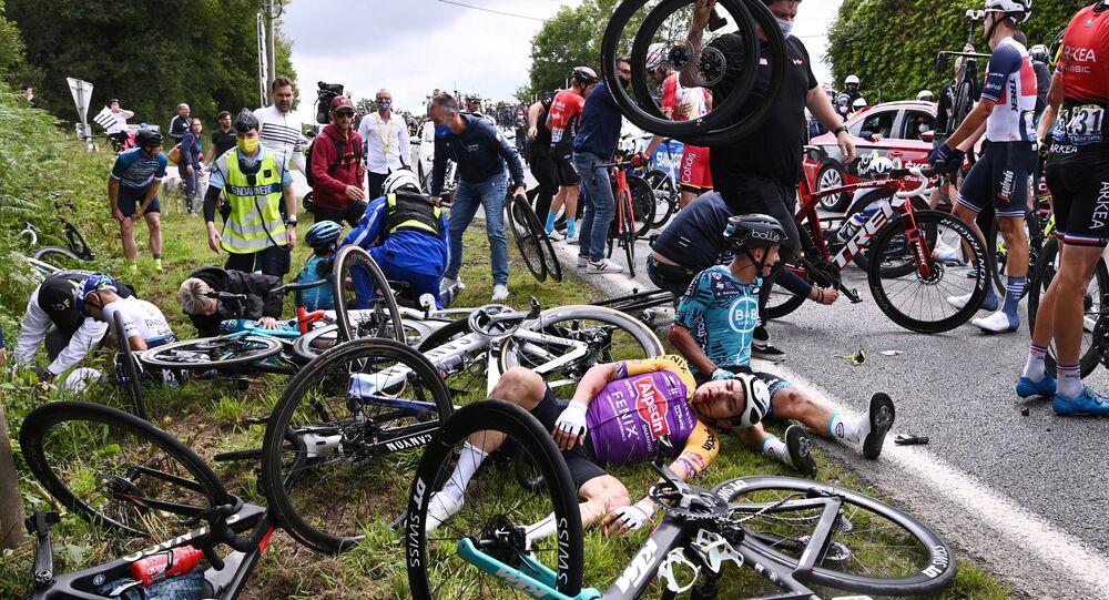 Ciclistas após queda durante Etapa 1 da Volta da França, de Brest para Landerneau, França, 26 de junho de 2021