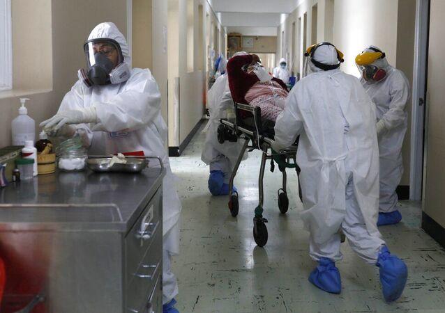 Equipe médica transporta paciente com COVID-19 no Hospital Honorio Delgado em Arequipa, Peru. Foto de arquivo