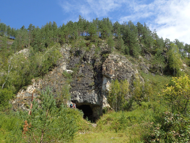 Exterior da caverna Denisova, na Sibéria, Rússia, onde cientistas da Austrália, Alemanha e Rússia encontraram uma história ocupacional de diferentes grupos humanos