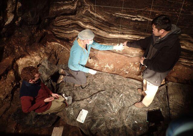 Caverna Denisova, na Sibéria, Rússia, onde cientistas da Austrália, Alemanha e Rússia encontraram uma história ocupacional de diferentes grupos humanos