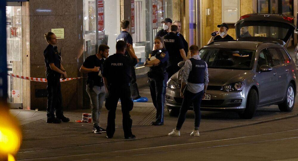 Policiais conversam em frente a um prédio após três pessoas terem sido mortas e outras seis feridas em um ataque com faca por imigrante somali de 24 anos, descrito pelas autoridades como tendo sido colocado sob tratamento psiquiátrico obrigatório nos últimos dias, em Wurtzburgo, Alemanha, 25 de junho de 2021