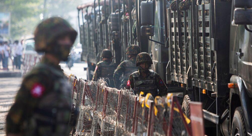 Soldados e veículos militares durante protestos contra golpe de Estado em Mianmar, 15 de fevereiro de 2021 (foto de arquivo)