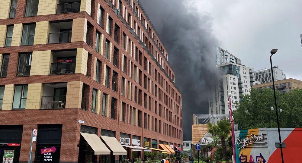 Fumaça do incêndio perto da estação de metrô Elephant and Castle, em Londres, Reino Unido, 28 de junho de 2021