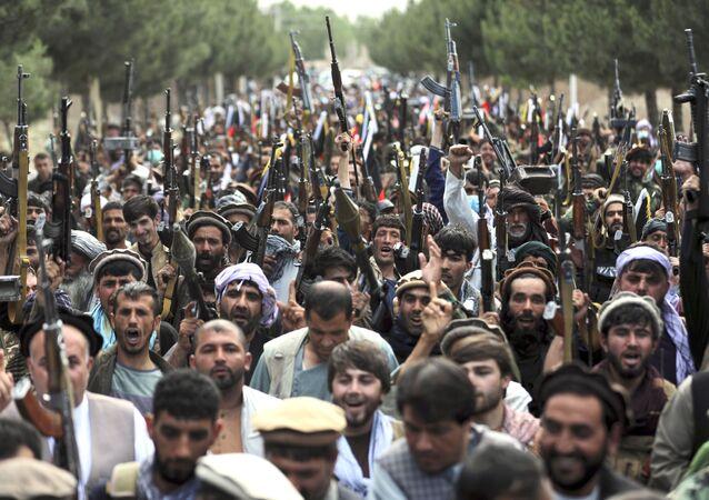 Milicianos afegãos se juntam às forças de defesa e segurança afegãs durante uma reunião em Cabul para tentar conter a maré dos últimos ganhos de território do Talibã, Afeganistão, 23 de junho de 2021