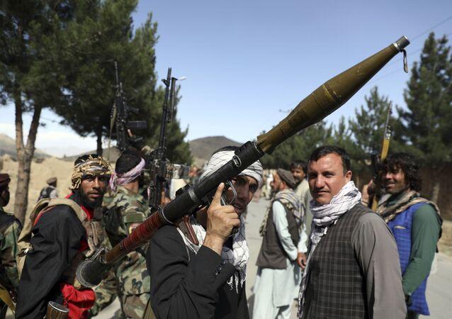 Milicianos afegãos se juntam às forças de defesa e segurança afegãs durante uma reunião em Cabul, Afeganistão, quarta-feira, 23 de junho de 2021