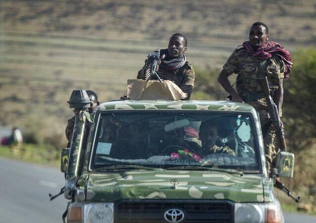 Soldados do governo etíope viajam em uma estrada perto de Agula, ao norte de Mekele, na região de Tigré, no norte da Etiópia. Foto de arquivo