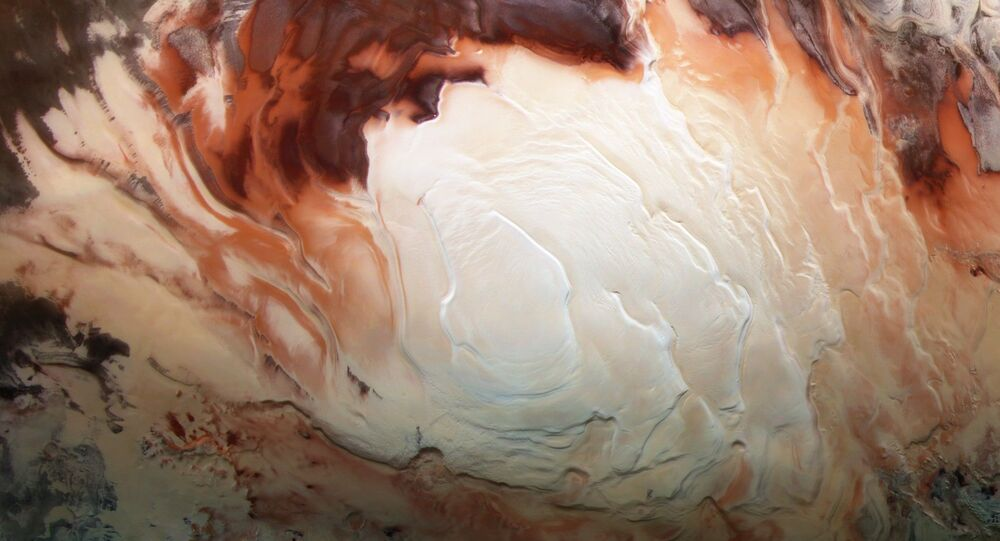 A região branca brilhante desta imagem mostra a calota gelada que cobre o polo sul de Marte, composta por água congelada e dióxido de carbono congelado