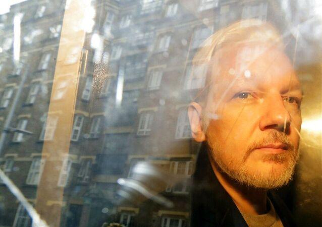 Julian Assange, fundador do WikiLeaks, dentro de carro após sair de tribunal em Londres, Reino Unido. Foto de arquivo