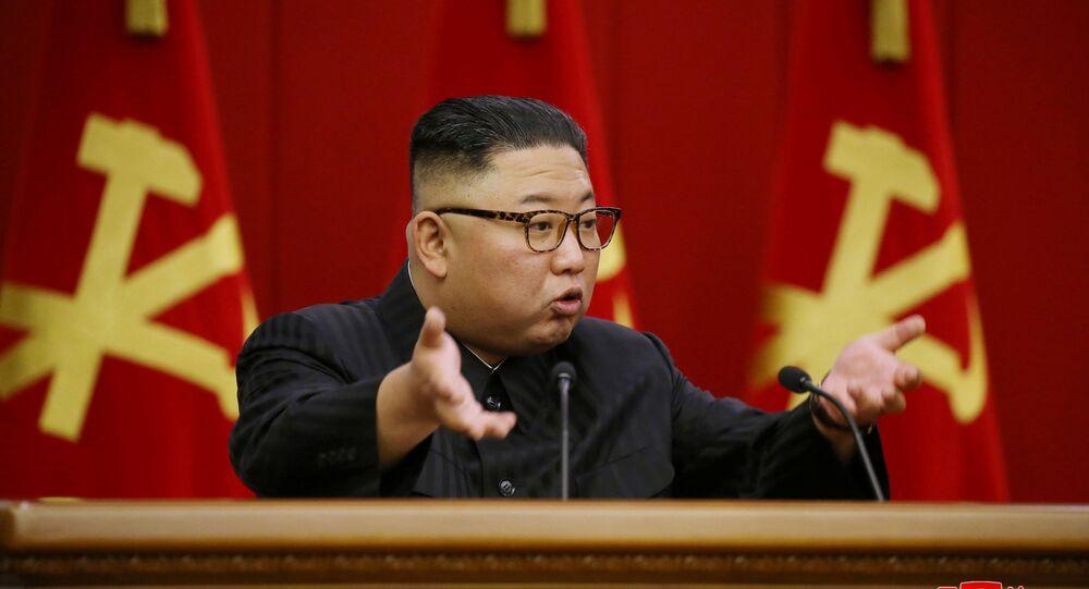 Líder norte-coreano Kim Jong-un no quarto dia da reunião plenária do Comitê Central do Partido dos Trabalhadores da Coreia, Pyongyang, Coreia do Norte, 18 de junho de 2021
