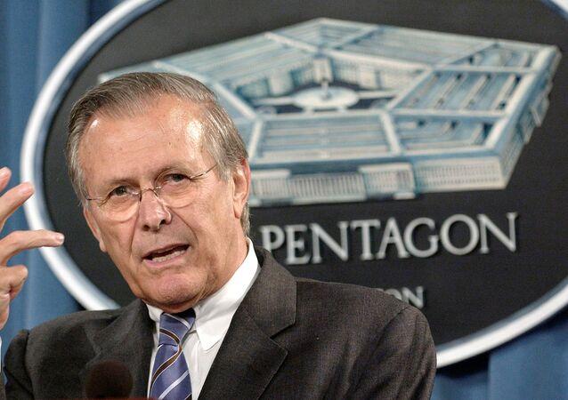 O ex-secretário de Defesa dos EUA, Donald Rumsfeld respondem a perguntas dos repórteres no breifing diário realizado no Pentágono, Washington, D.C., 21 de julho de 2004