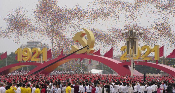 Balões pairam sobre os participantes com bandeiras chinesas durante o 100º aniversário de fundação do Partido Comunista da China na praça Tiananmen em Pequim
