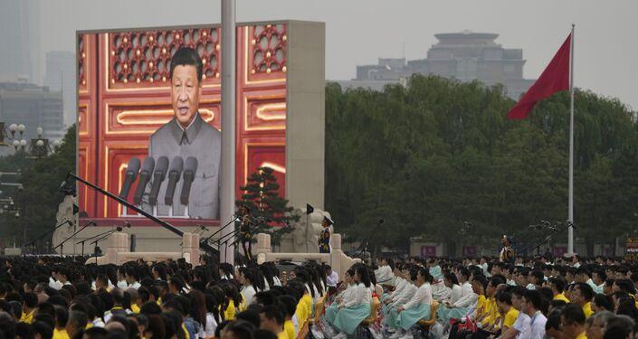 Tela mostra presidente chinês Xi Jinping discursando durante a cerimônia para assinalar o 100º aniversário da fundação do Partido Comunista da China