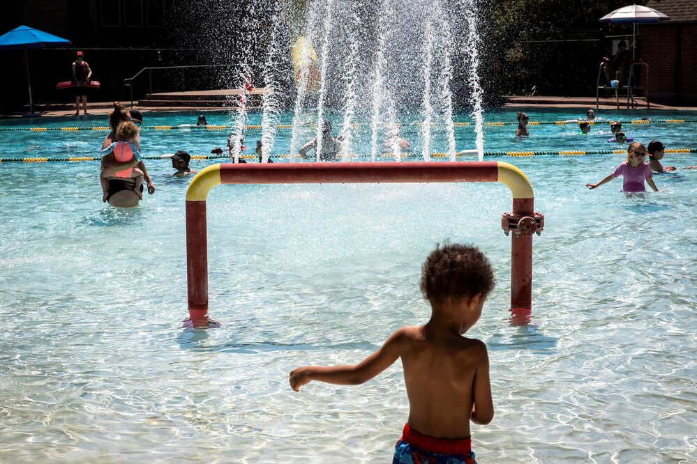 Pessoas em piscina pública durante o calor sem precedentes no estado do Oregon, EUA, 27 de junho de 2021