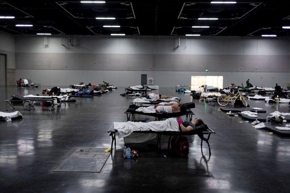 Pessoas dormem em um abrigo de resfriamento criado durante a onda de calor em Portland, EUA, 27 de junho de 2021