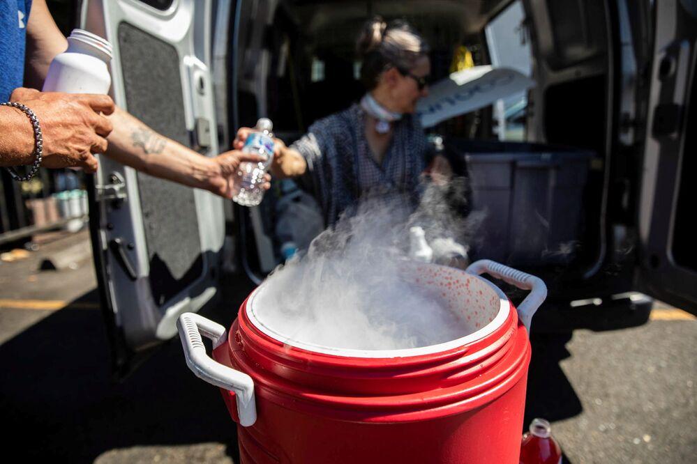 Pessoas usam gelo seco para refrigerar água devido à escassez de gelo durante o calor anormal no estado de Oregon, EUA, 27 de junho de 2021