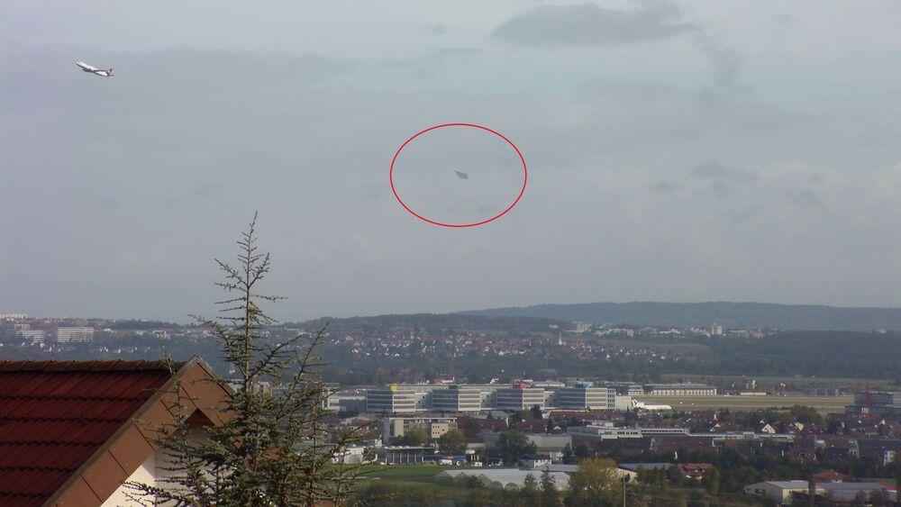 Fotografia de um suposto OVNI voando perto do aeroporto de Stuttgart, na Alemanha