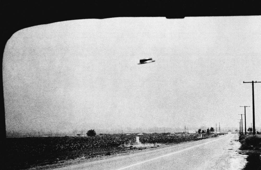 Uma das fotografias de um suposto OVNI tirada por Rex Heflin em 3 de agosto de 1965 perto da cidade Santa Ana, Califórnia