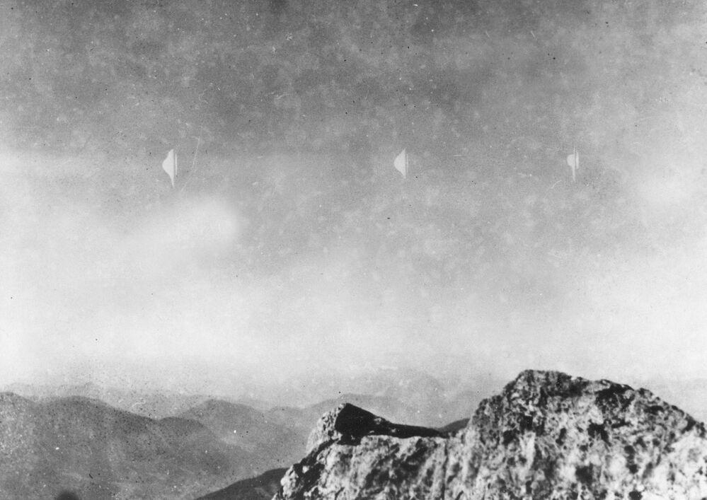 Objetos voadores prateados vistos pelo fotógrafo Erich Kaiser enquanto ele descia da montanha Reichenstein, na Áustria, em 3 de agosto de 1954