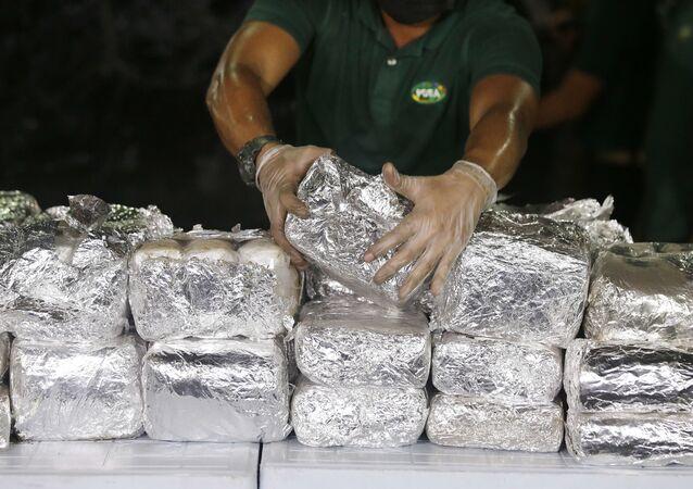 Um membro da Agência de Repressão às Drogas das Filipinas, PDEA, arranja pacotes de Cloridrato de Metanfetamina, também conhecido como Shabu, que encontraram escondido dentro de um cilindro de aço em uma das maiores remessas de drogas em Manila, Filipinas, na terça-feira, 7 de agosto de 2018