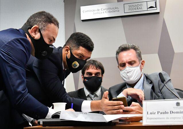 Na foto, advogado do depoente, Flávio da Correia de Moraes, representante da empresa Davati Medical Supply e Luiz Paulo Dominghetti Pereira durante depoimento na CPI da Covid, 1º de julho de 2021