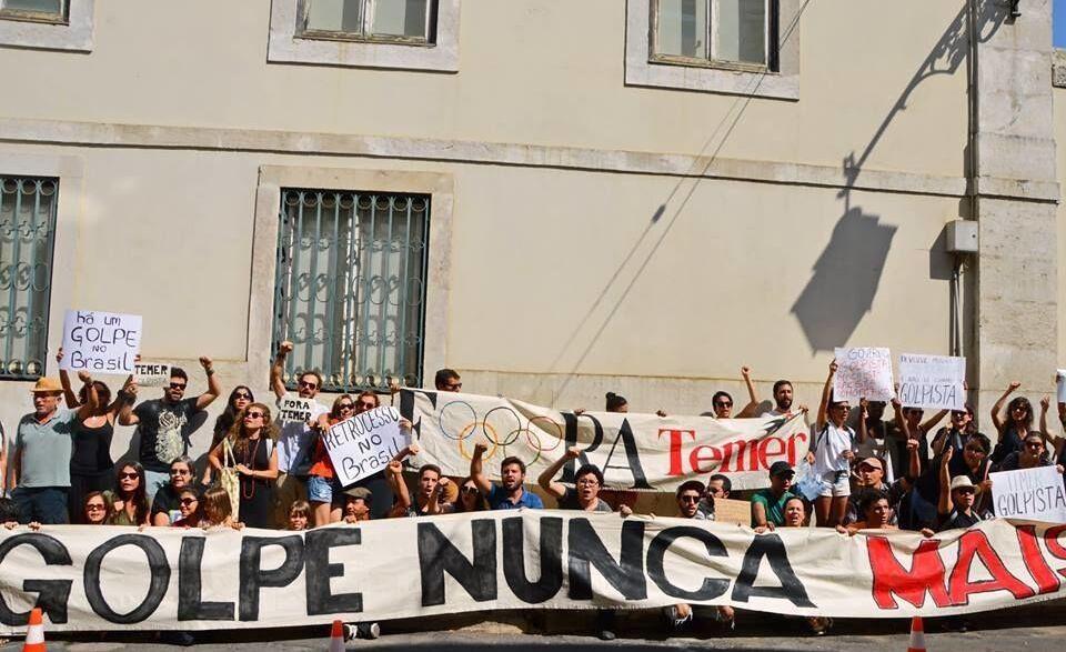 Ato organizado pelo Coletivo Andorinha, em setembro de 2016, em frente ao Consulado Geral do Brasil em Lisboa