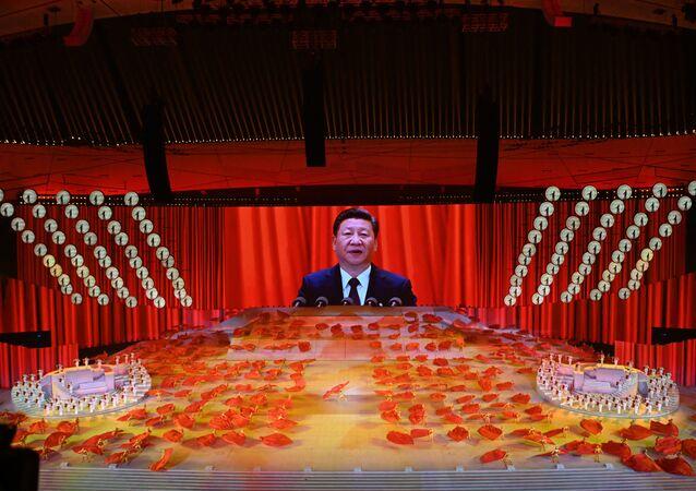 Tela gigante mostrando Xi Jinping discursar durante festejos pelos 100 anos do Partido Comunista da China