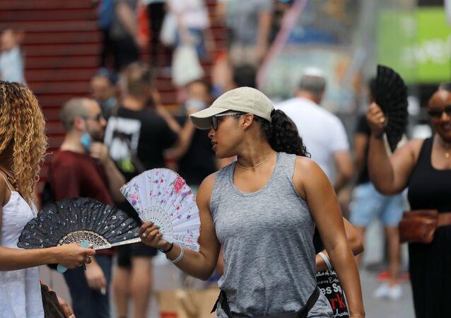 Pessoas se abanam na Times Square, em Nova York, enquanto América do Norte enfrenta onda de calor histórica, em 28 de junho de 2021