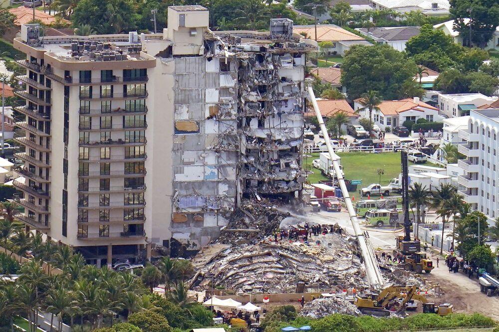 Trabalhadores procuram vítimas nos escombros das Torres Champlain, Surfside, Flórida, EUA, 26 de junho de 2021
