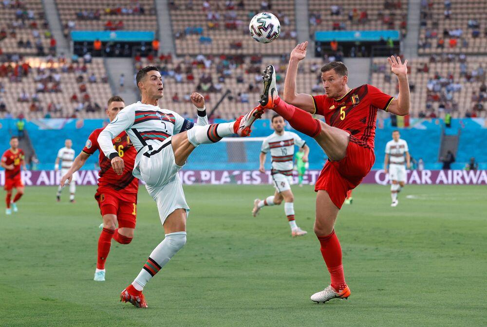Português Cristiano Ronaldo e o belga Jan Vertonghen durante a partida de oitavas de final da Eurocopa 2020 entre a Bélgica e Portugal no Estádio La Cartuja, Sevilha, Espanha